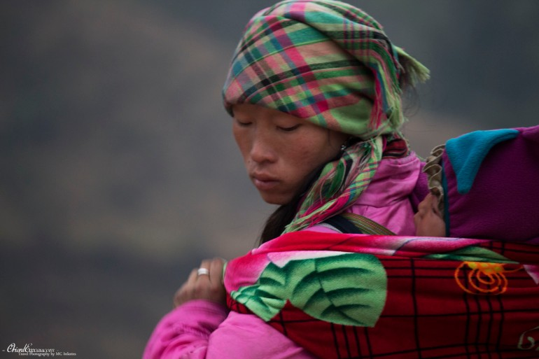 woman and kid hmong sapa vietnam